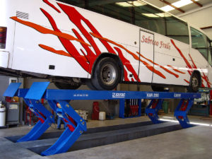 Semi-scissor lift for heavy duty vehicles
