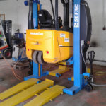 Forklifter lifted by 600M40 mobile columns with lateral grip
