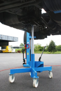 Floor jacks for a use in addition to a lifting equipment