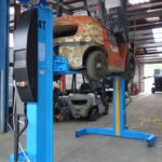 Forklifter lifted by 900M40 mobile columns with frontal grip